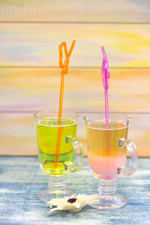 Tropische cocktails met helder stro stock foto's
