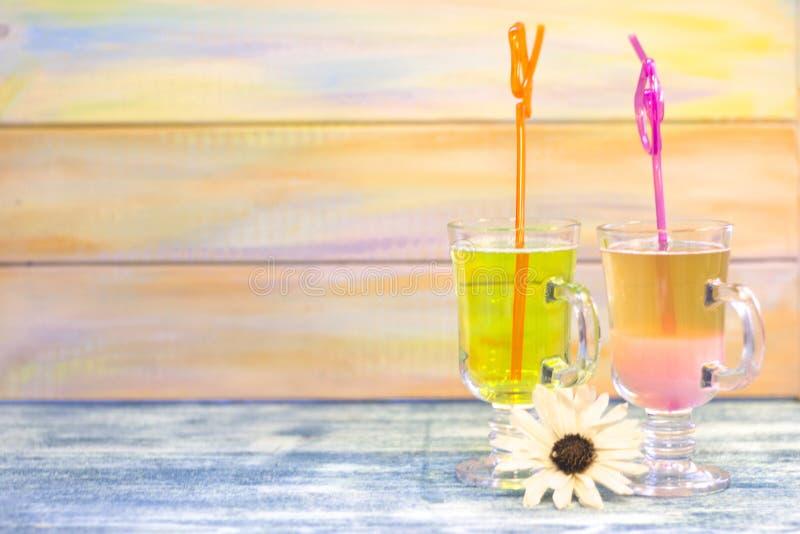 Tropische cocktails met helder stro royalty-vrije stock foto's