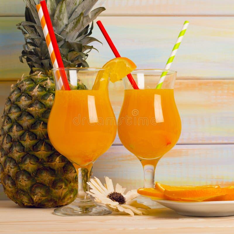 Tropische cocktails met vers fruit stock foto's