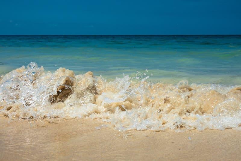 Tropische de zomer overzeese golf, zandstrand en hemel stock foto