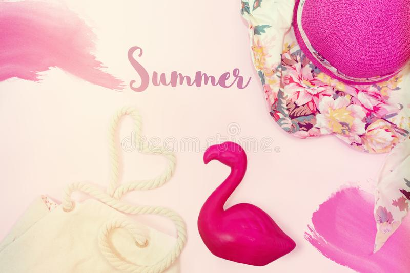 Tropische de zomerachtergrond met flamingodecor Mening van hierboven Vlak leg royalty-vrije stock fotografie