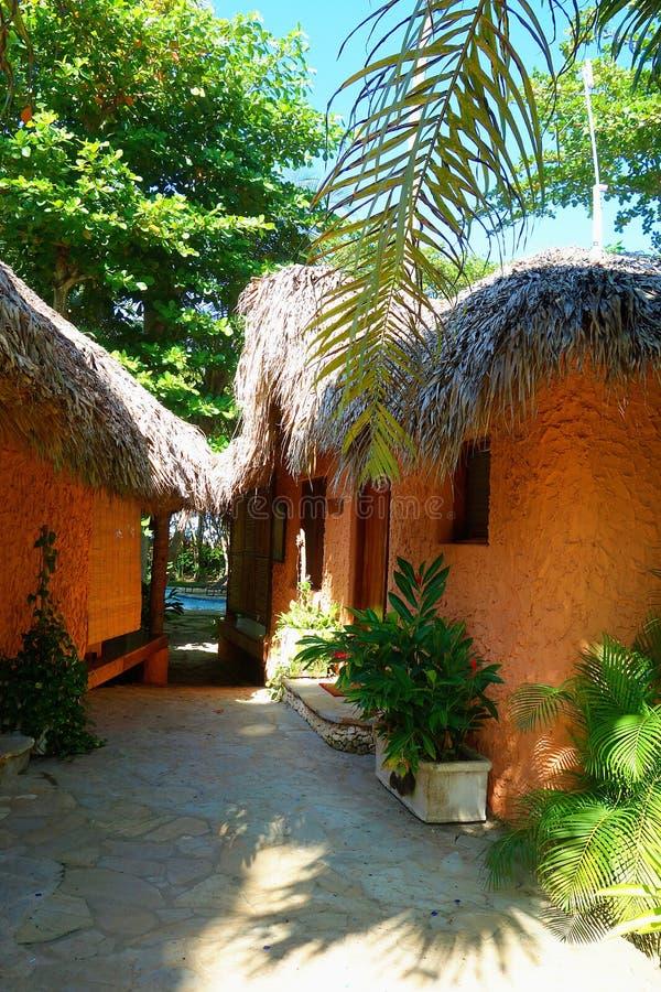Tropische die hutten met daken met riet worden behandeld royalty-vrije stock foto