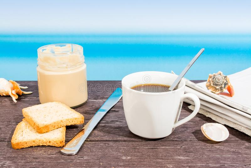 Tropische die overzees van de boot wordt gezien Room, koffie en krant op lijst Ontbijt in vakantie stock fotografie