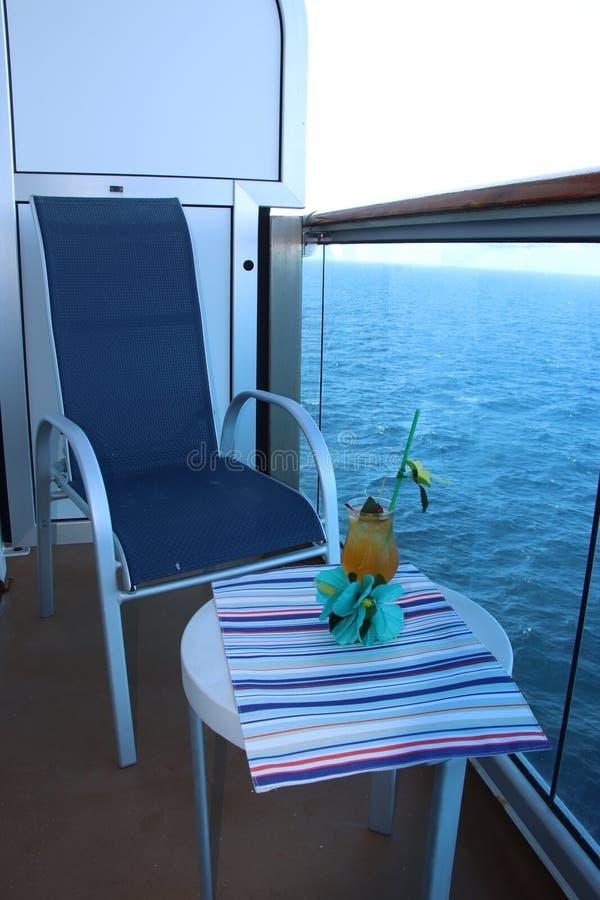 Tropische drank met fruit en blauwe oceaanachtergrond stock foto's