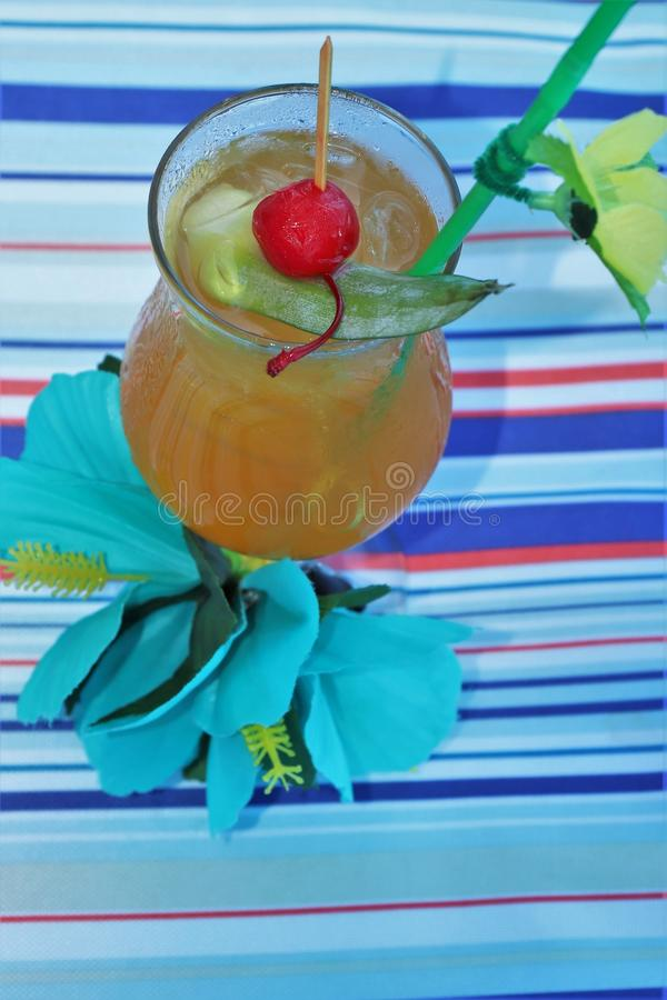 Tropische drank met fruit en blauwe oceaanachtergrond royalty-vrije stock fotografie