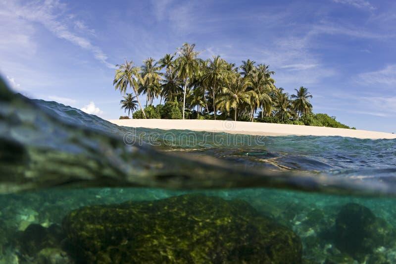 Tropische eiland en oceaan stock afbeeldingen