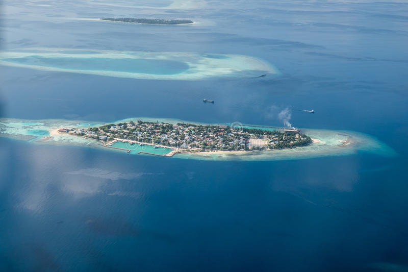 Tropische eilanden en atollen in de Maldiven royalty-vrije stock afbeelding