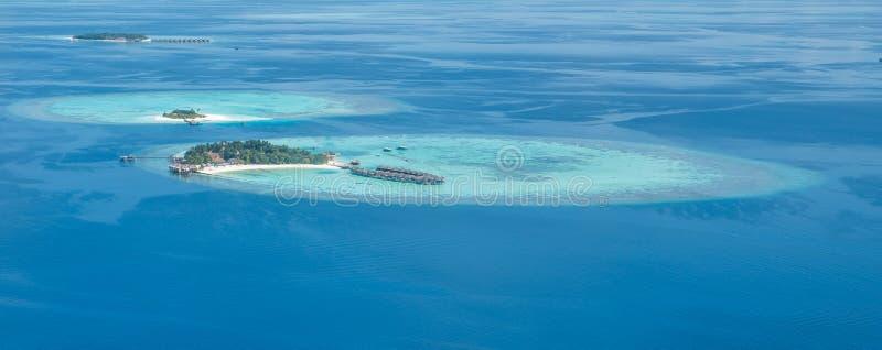 Tropische eilanden en atollen in de Maldiven van luchtmening stock afbeeldingen
