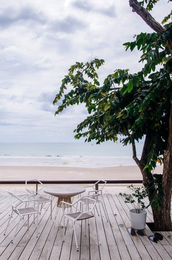 Tropische Ferien Hölzerner Balkon Seaview mit Stuhl und Tabelle stockbild