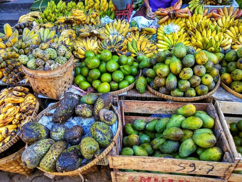 Tropische Früchte im Markt lizenzfreies stockbild