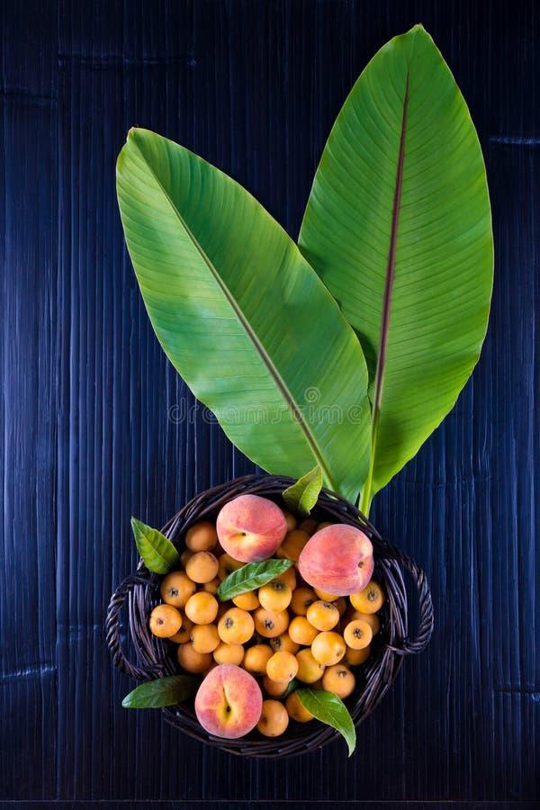 Tropische Frucht auf einer Tabelle lizenzfreies stockfoto