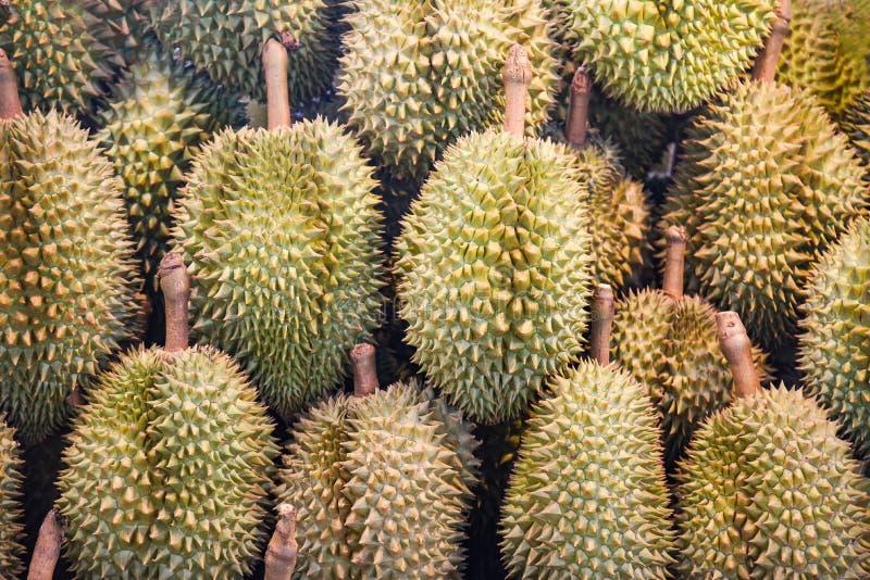Tropische Frucht des Durian auf Beschaffenheitshintergrundverkauf im Obstmarkt stockbild