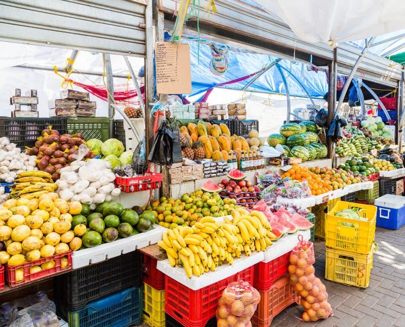 Tropische Frucht an einem Curaçao-Markt lizenzfreie stockfotos