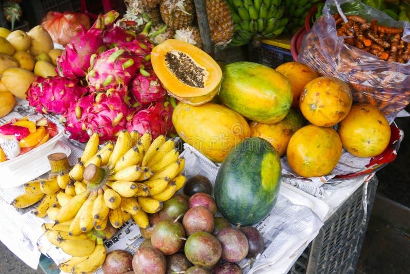 Tropische fruit en kurkuma bij een Aziatische markt royalty-vrije stock foto's