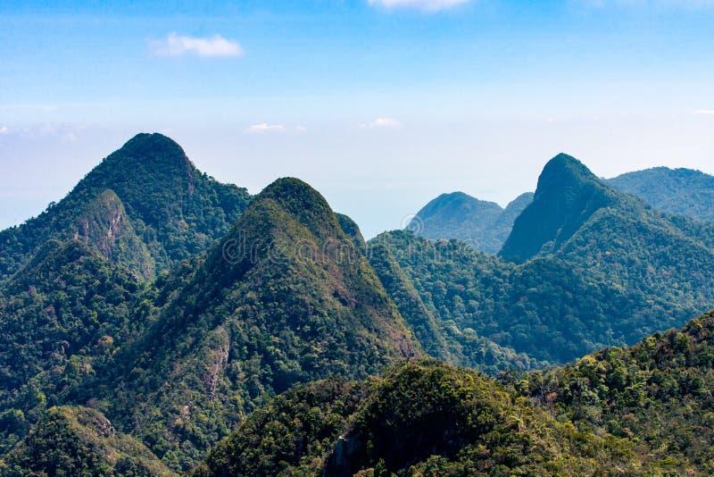 Tropische groene bergen met bewolkte blauwe hemel stock afbeelding
