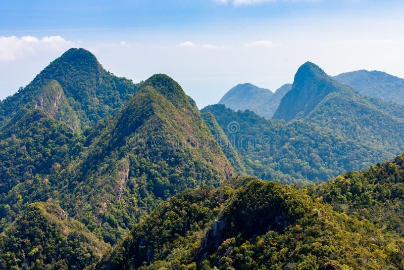 Tropische groene bergen op Langkawi-eiland in Maleisië stock afbeelding