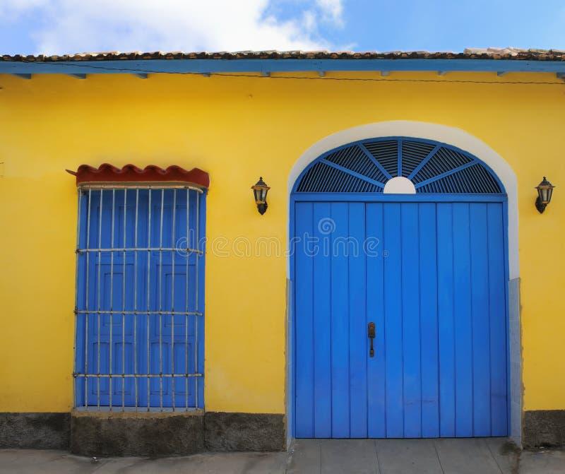 Tropische Hausfassade in Trinidad, Kuba lizenzfreies stockfoto