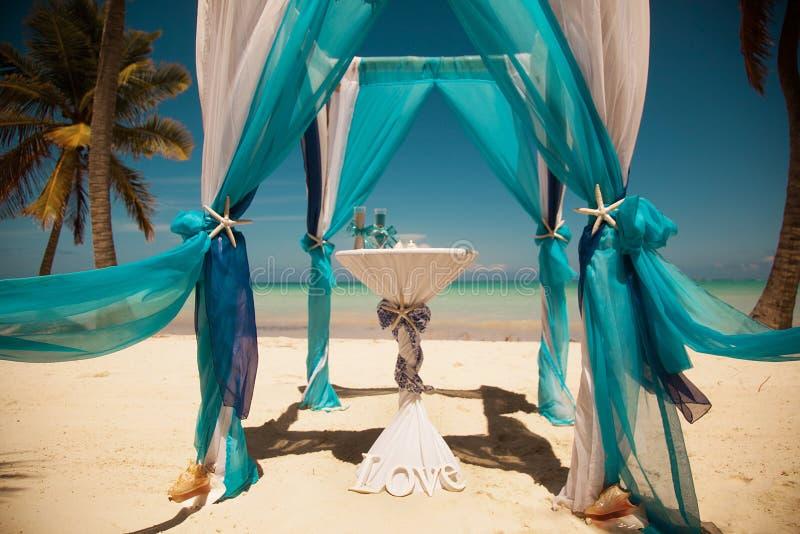 Tropische Hochzeit Sand-Zeremonie Hochzeit in einer Seeart stockfotografie