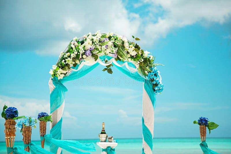 Tropische Hochzeit Sand-Zeremonie Hochzeit in einer Seeart stockfoto