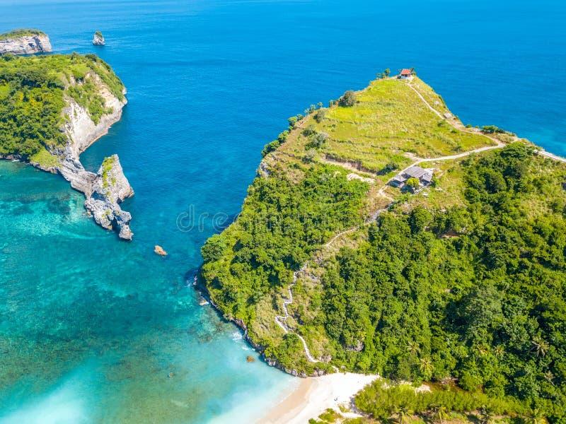 Tropische Küste und Hütten auf die Oberseite der Klippe Schattenbild des kauernden Geschäftsmannes stockbild