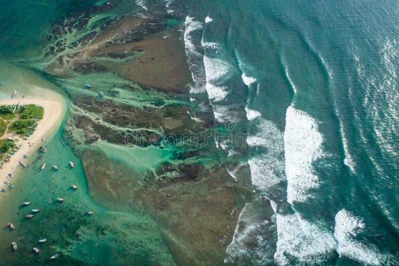 Tropische Küstenlinie mit den Meereswellen, die auf dem Ufer brechen lizenzfreies stockbild