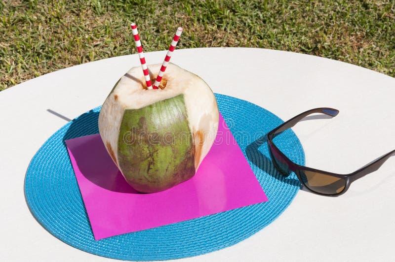 Tropische Kokosnuss und Sonnenbrille stockfotos