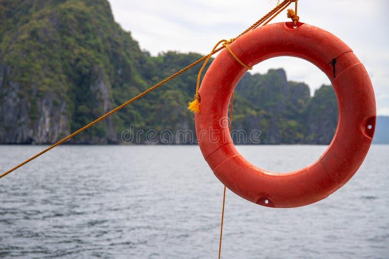Tropische kust met zeewater en reddingsboei Jachtuitrusting en het conceptenfoto van het veiligheidsmateriaal stock afbeelding