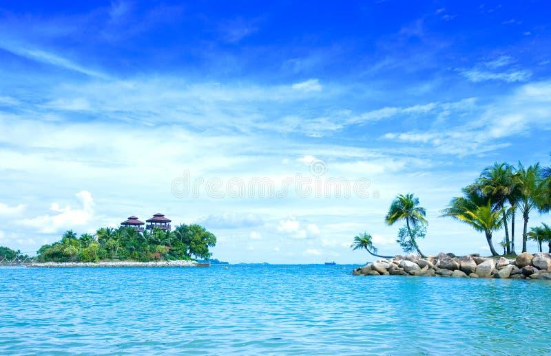 Tropische lagune met blauwe hemel royalty-vrije stock foto's