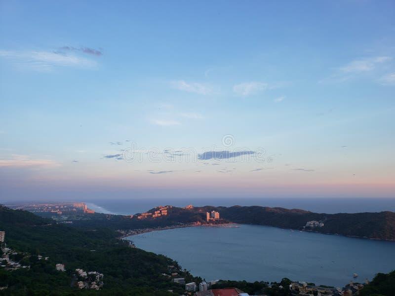 tropische Landschaft in der Bucht von Puerto-Marques in Acapulco, Mexiko bei Sonnenuntergang stockfotos