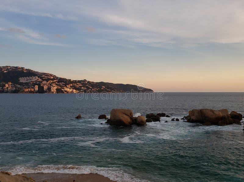 Tropische Landschaft in der Hauptbucht von Acapulco, Mexiko während des Sonnenuntergangs lizenzfreies stockbild