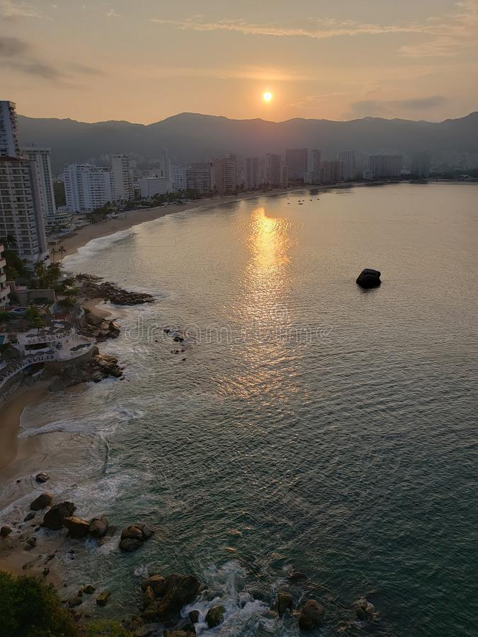 tropische Landschaft mit Reflexion der Sonne im Meer, in der Küstenregion von Acapulco, Mexiko stockbild