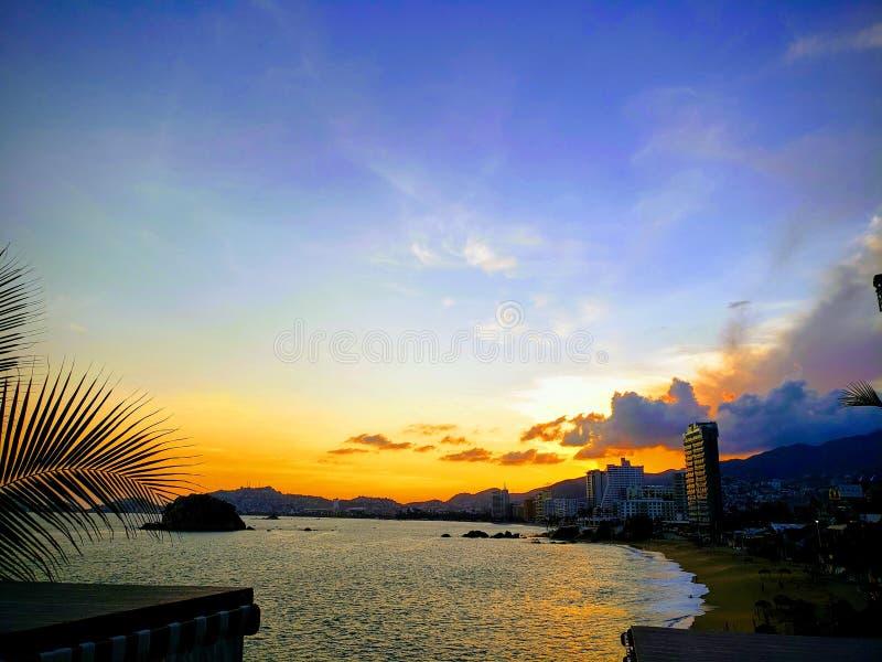 Tropische Landschaft von Acapulco-Strand, Mexiko am Abend stockfotos