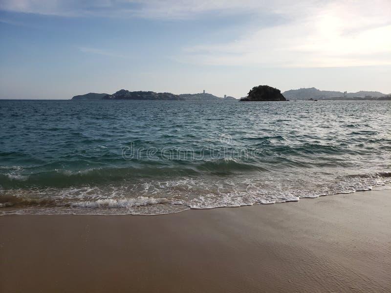 Tropische Landschaft von Acapulco-Strand, Mexiko am Abend lizenzfreie stockbilder