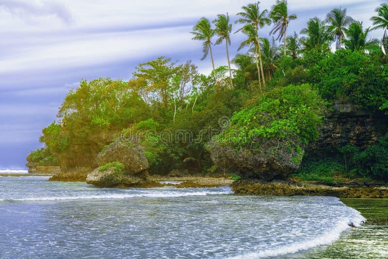 Tropische landschapsheuvel, wolken en bergenrotsen met regenwoud Tropisch eiland, overzeese baai en lagune, Siargao azuurblauw royalty-vrije stock foto's