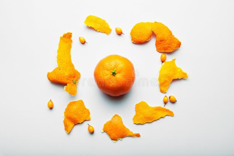 Tropische Mandarin op een witte achtergrond met een schil in de vorm van een cirkel royalty-vrije stock afbeeldingen