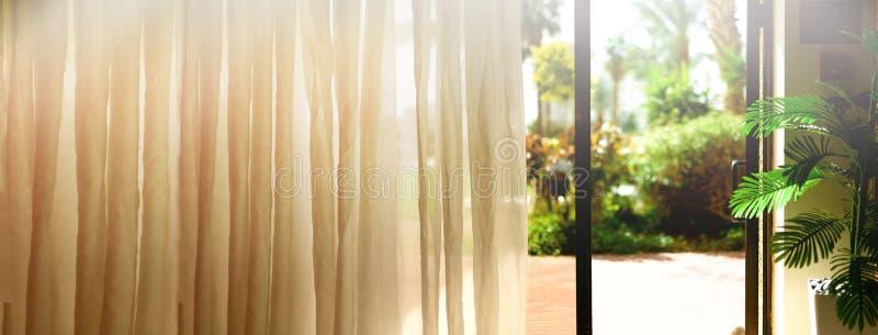 Tropische meningsachtergrond De zomer, Reis, Vakantie en Vakantieconcept Open venster, deur en wit gordijn met vaag stock foto's