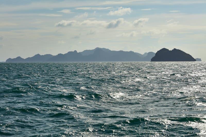 Tropische overzees en berg stock afbeeldingen