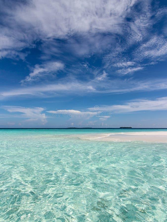 Tropische overzees en blauwe hemel stock fotografie