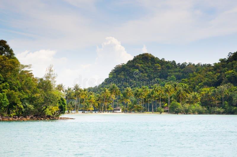 Tropische overzees en zandig strand met palmen en bungalowwen op het eiland op horizon bij het Koh Chang-eiland, Thailand royalty-vrije stock afbeeldingen
