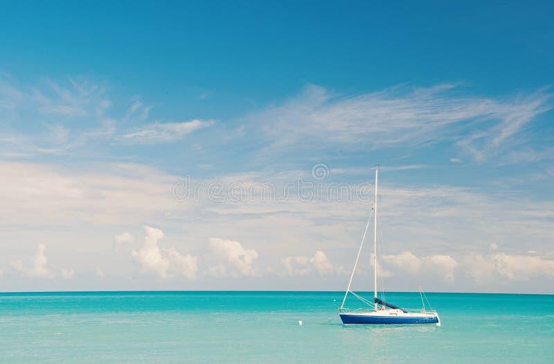 Tropische overzeese idylle Watervermaak antigua stjohns inclusief allen De idyllische kust van de sc?ne tropische vakantie motor stock fotografie