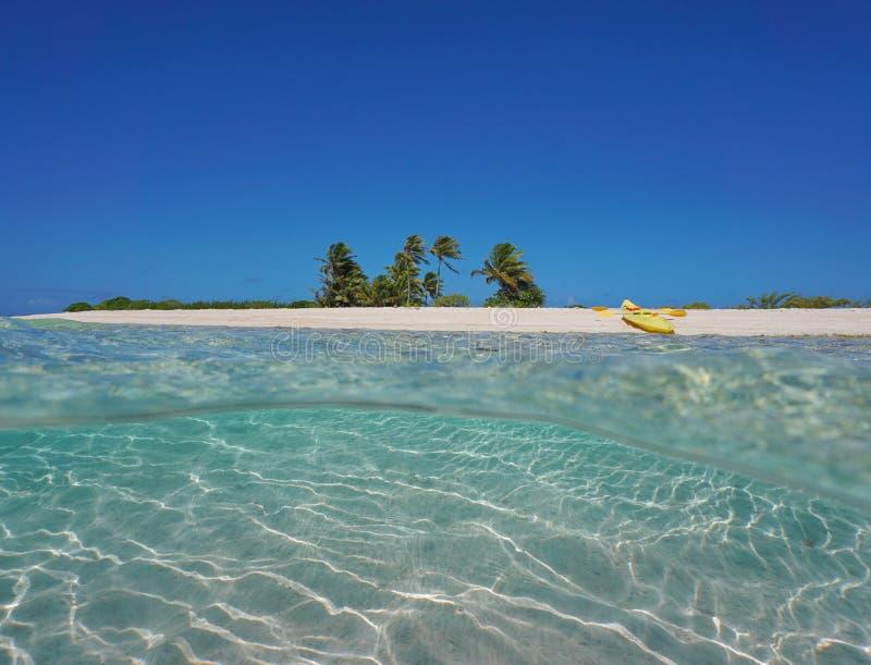 Tropische overzeese kustkajak op strandzand onderwater royalty-vrije stock afbeeldingen