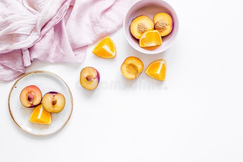 Tropische perzik en oranje vruchten voor vers sap met handdoek witte achtergrond hoogste meningsruimte voor tekst royalty-vrije stock foto's