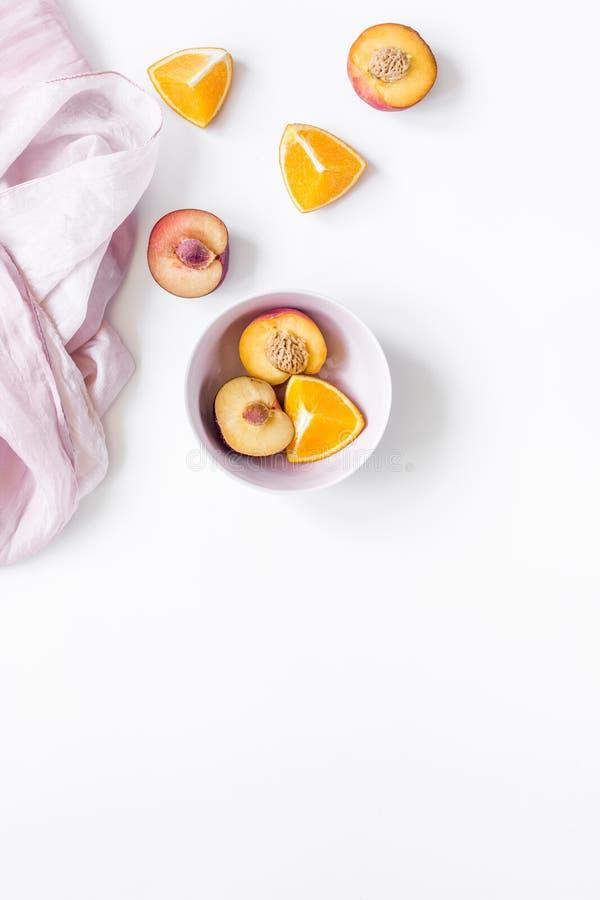 Tropische perzik en oranje vruchten voor vers sap met handdoek witte achtergrond hoogste meningsruimte voor tekst royalty-vrije stock fotografie