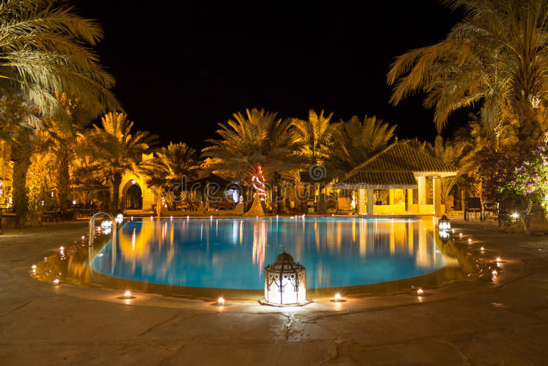 Tropische Pool bij nacht stock foto