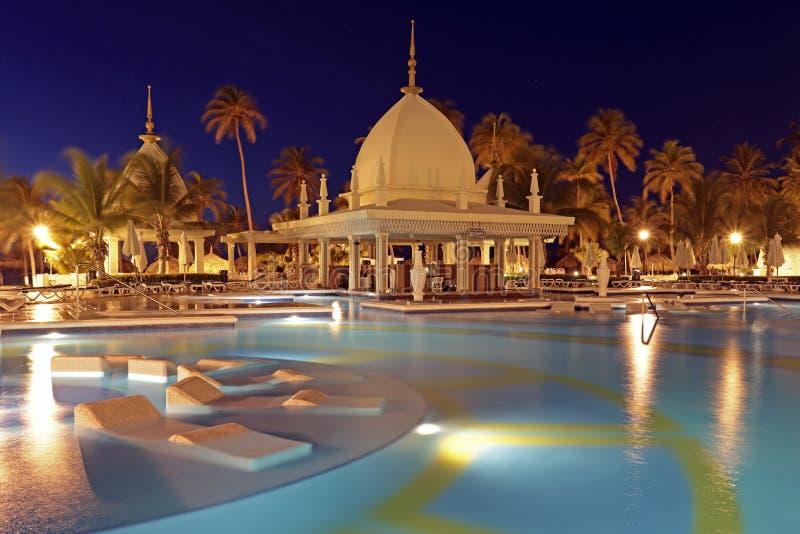 Tropische pool bij nacht, Aruba royalty-vrije stock afbeelding