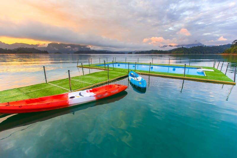 Tropische Rücksortierung Poolside mit schönem Seeblick stockbild
