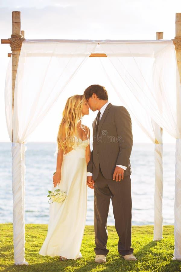 Tropische Sonnenuntergang-Hochzeit stockfotografie