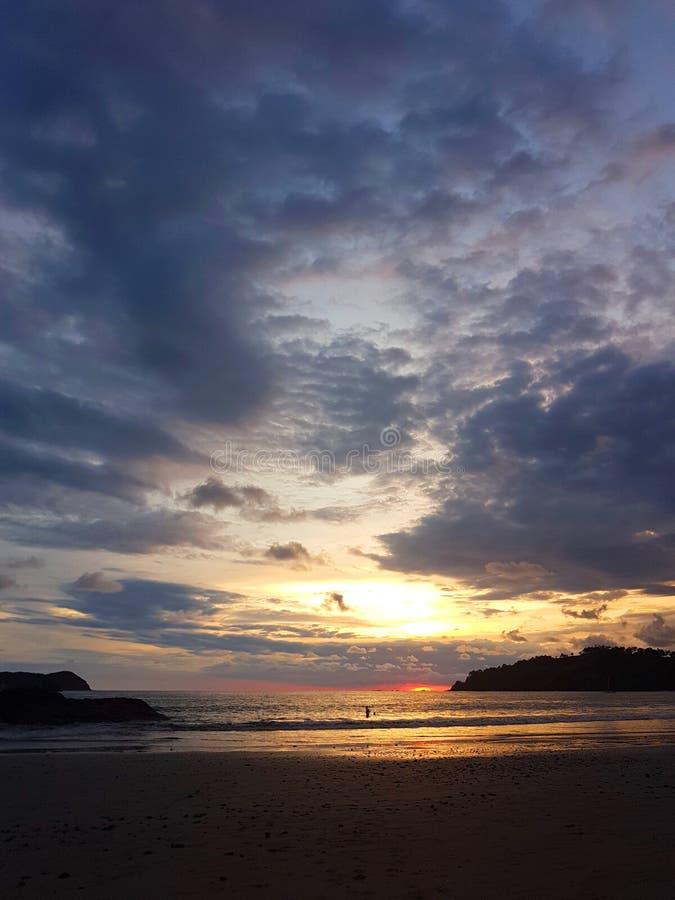 Tropische Sonnenuntergang-Inspirations-Ansicht bei Manuel Antonio Beach lizenzfreies stockbild