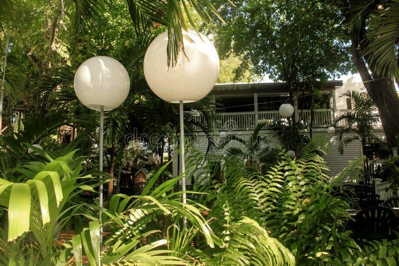 Tropische straatmening met lichten en gebouwen op achtergrond in Key West royalty-vrije stock afbeeldingen