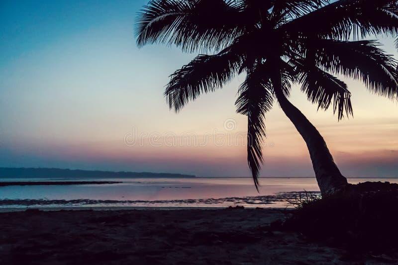 Tropische strandachtergrond bij zonsondergangzonsopgang stock foto
